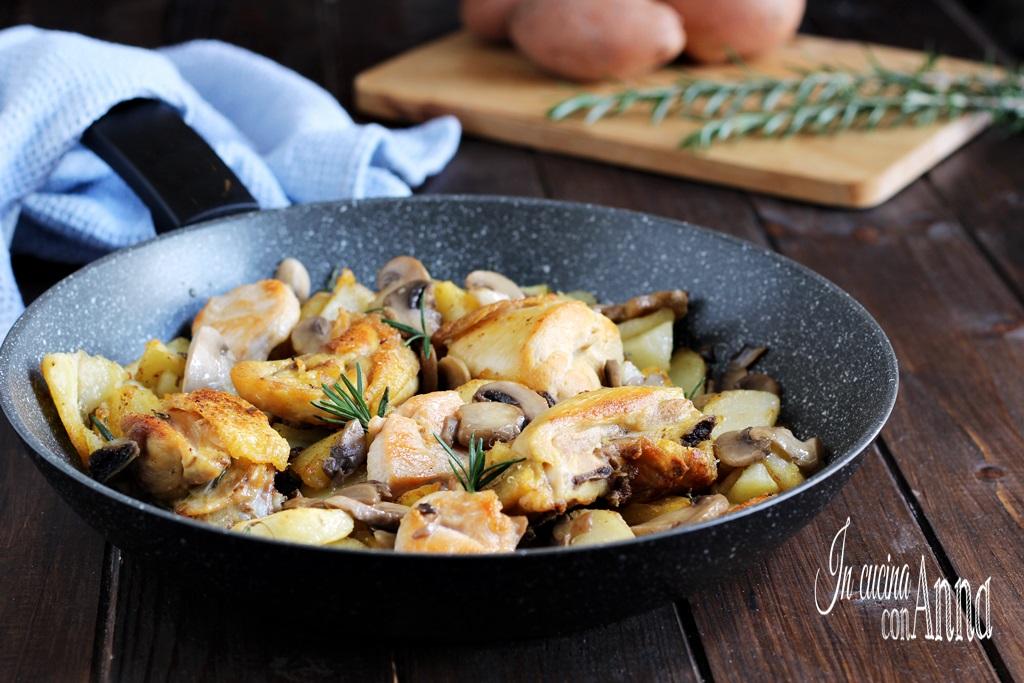 Pollo con patate e funghi in padella