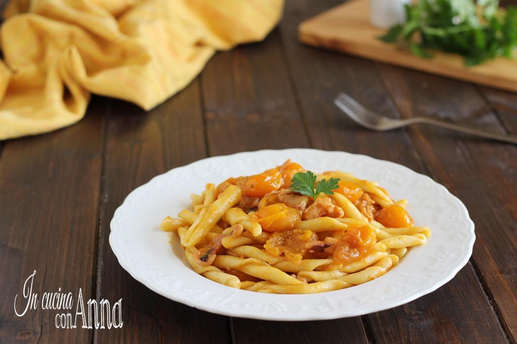 Pasta pomodorini gialli e calamari