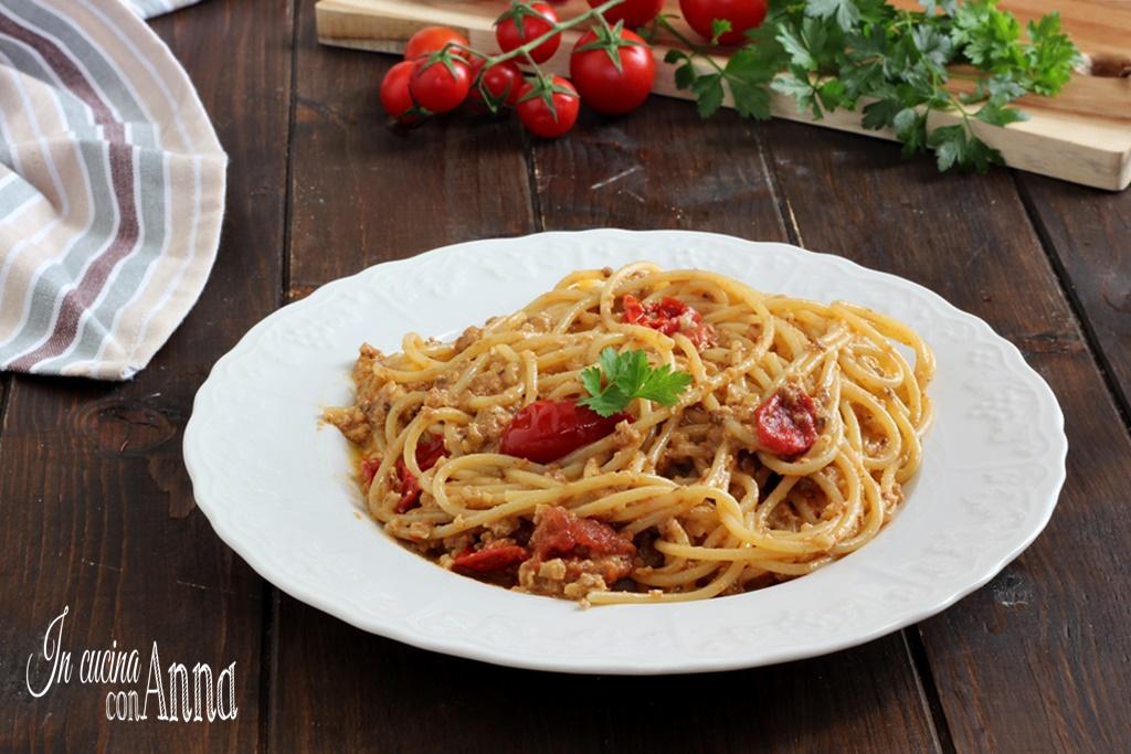 Pasta alla crema di noci e pomodorini