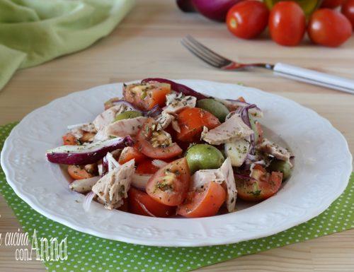 Insalata di pomodori, tonno e cipolle rosse