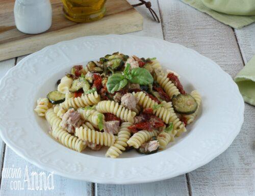 Pasta con zucchine, pomodori secchi e tonno