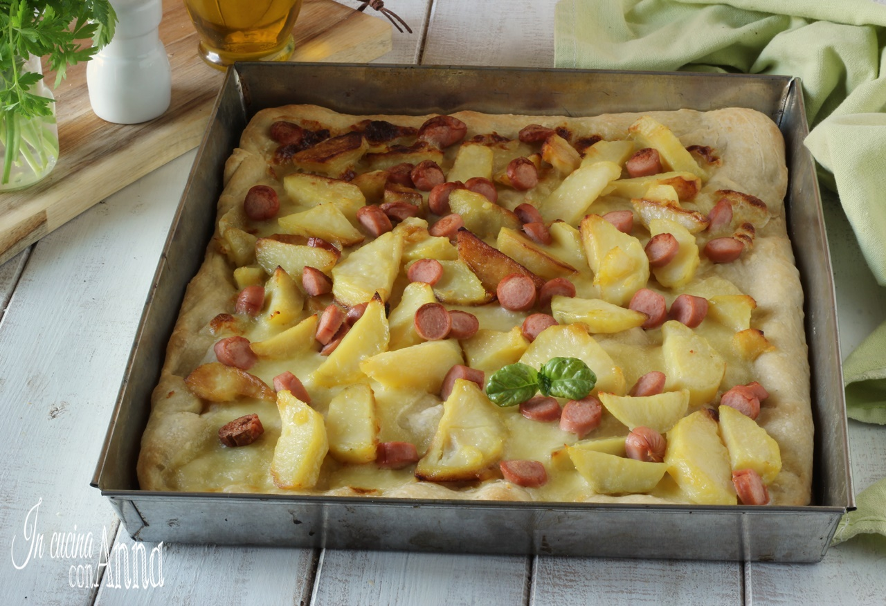 Pizza con patate e wurstel