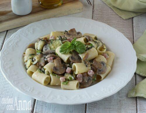 Pasta con funghi, speck, zucchine e stracchino