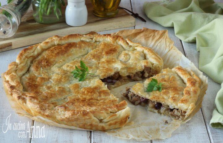 Torta salata con cipolle, salsiccia e olive nere