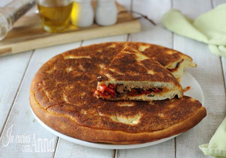 Torta salata in padella con peperoni e salsiccia
