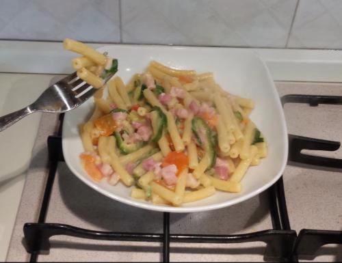 Pasta con zucchine, peperoni e pancetta