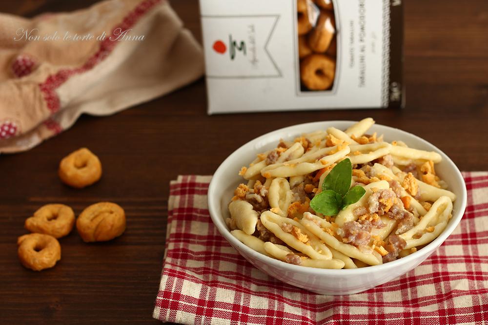 pasta con salsicce e polvere di taralli