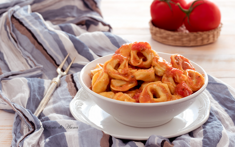 Tortellini al sugo di pomodori e panna