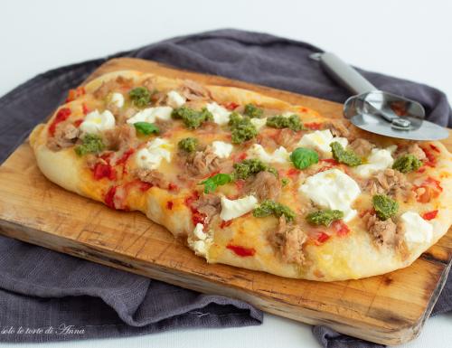 Pizza con tonno crescenza e pesto