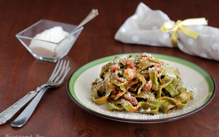 Tagliatelle verdi con salsicce
