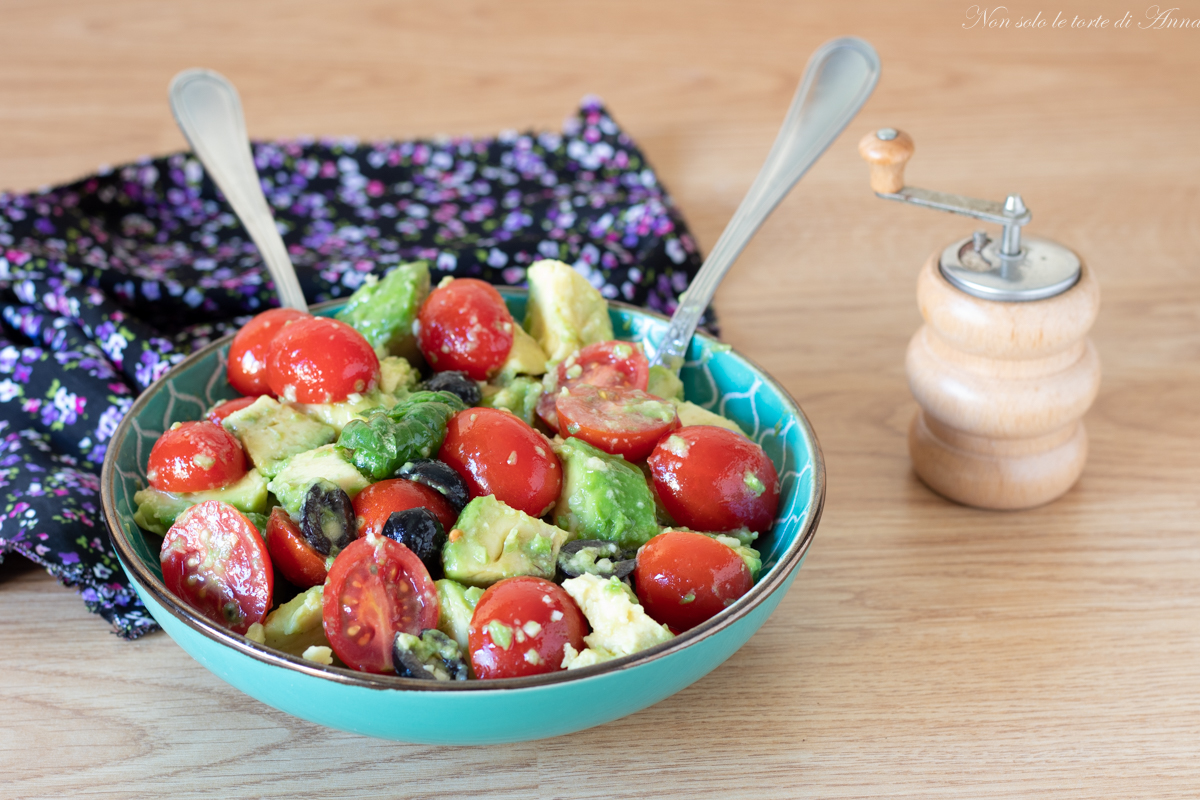 Insalata avocado pomodori e olive
