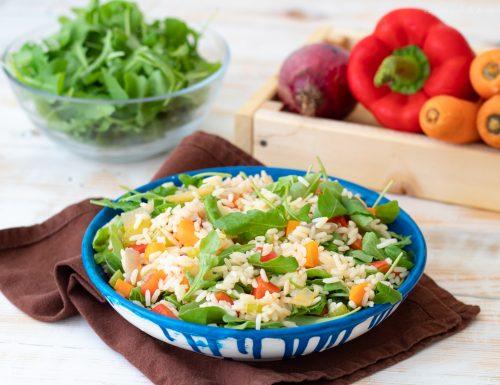Insalata di riso con verdure e rucola