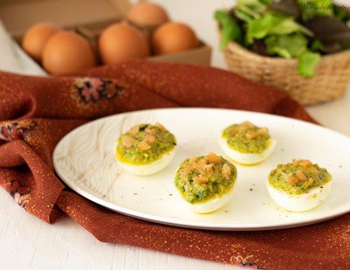 Uova farcite salmone  e misticanza
