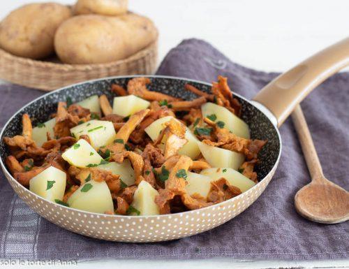 Patate e funghi galletti in padella