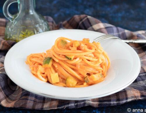 Pasta al sugo con zucchine e panna acida