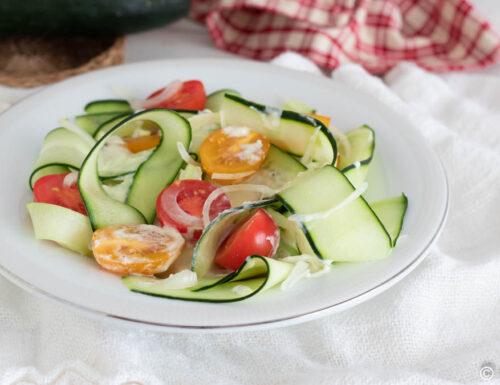 Insalata cetrioli e pomodori gialli con dressing sfizioso