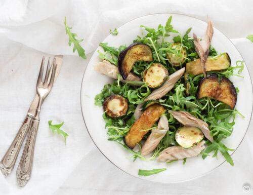 Insalata rucola sgombro e verdure grigliate