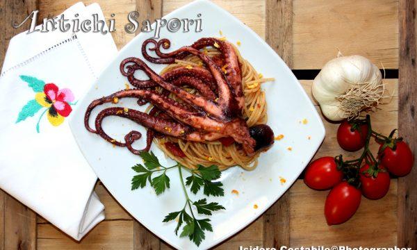 Spaghetti con polipetti alla napoletana.