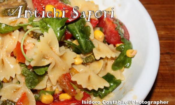 Insalata di pasta multicolore.