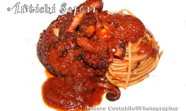 Spaghettoni con polpo alla napoletana.