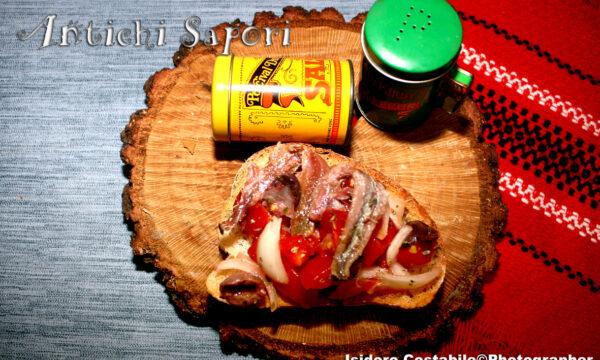 Bruschette con pomodori e alici dissalate.