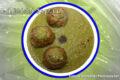 Polpette di zucchine  su vellutata di bucce di piselli.