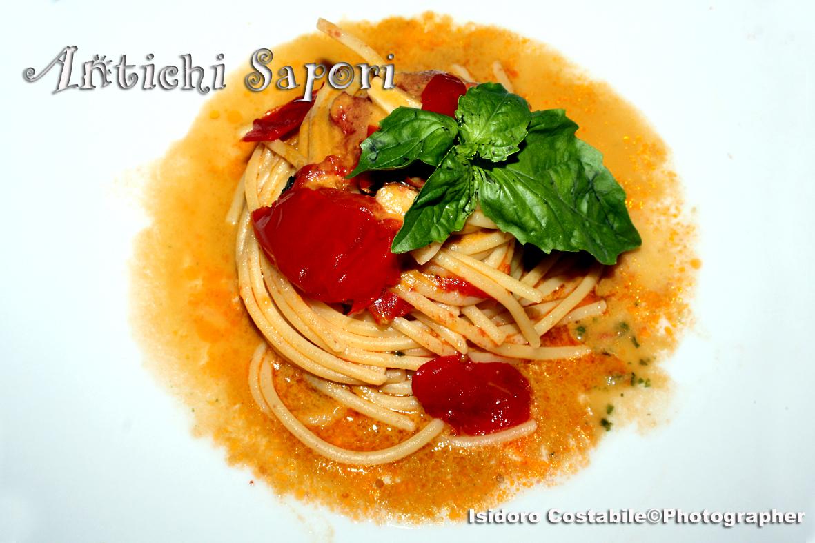 Spaghettoni con emulsione di pomodori e basilico.