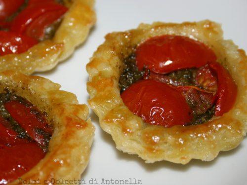 Cestini di sfoglia con pesto e pomodorini, ricetta vegetariana