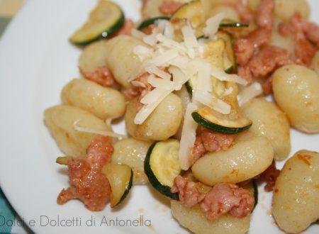 Gnocchi saltati con salsiccia e zucchine, Ricetta primi piatti
