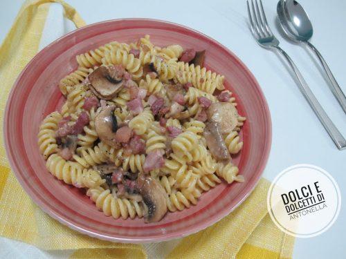 Pasta con funghi e pancetta, Ricetta primi piatti