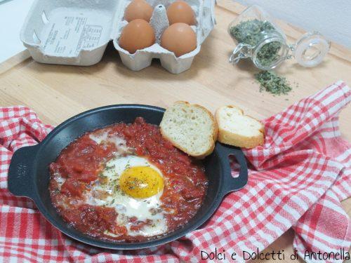 Uova al pomodoro in padella
