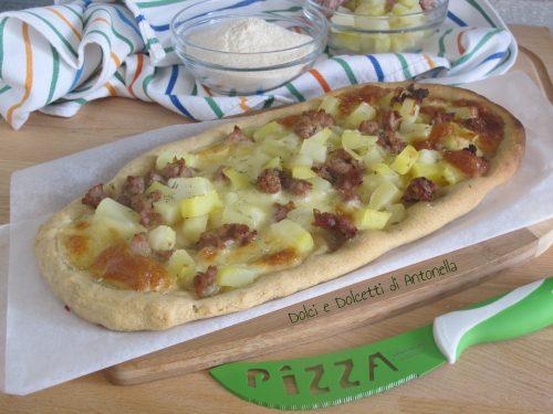 Pizza alla pala con salsiccia e patate