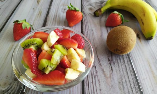 Macedonia di fragole banane e kiwi