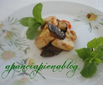 pesce spada con melanzane, pomodorini e menta