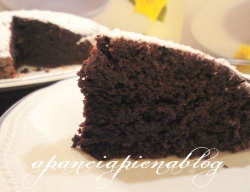 Torta al cioccolato morbidissima (ricetta senza uova e burro)