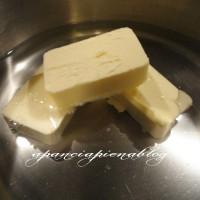 Versare l'acqua in una casseruola, aggiungervi il burro e un pizzico di sale, portare a bollore, controllando che il burro sia ben sciolto e togliere dal fuoco.