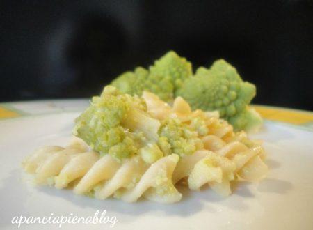 Fusilli integrali con cavolo verde (ricetta vegetariana)
