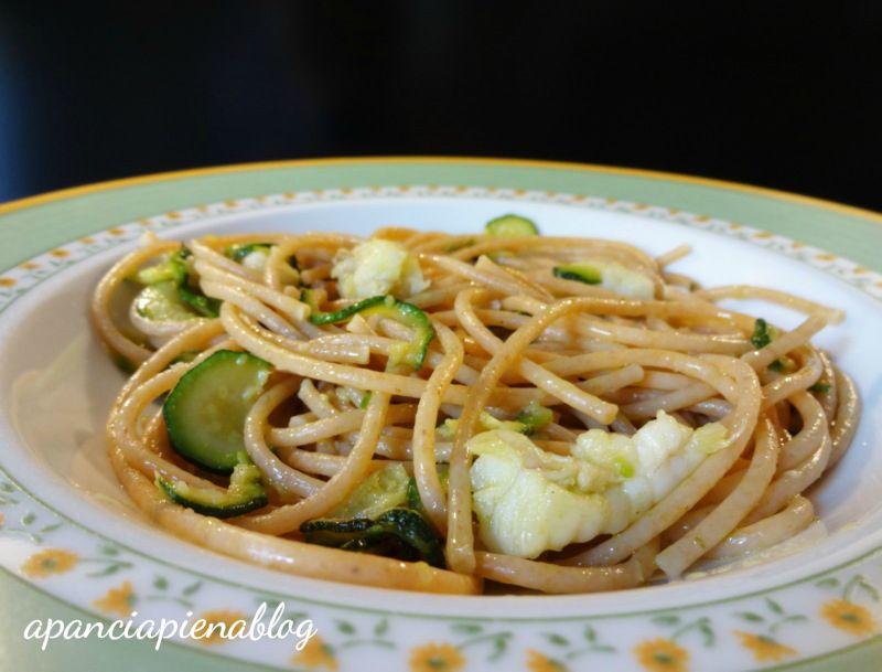spaghetti integrali con zucchine e rana pescatrice