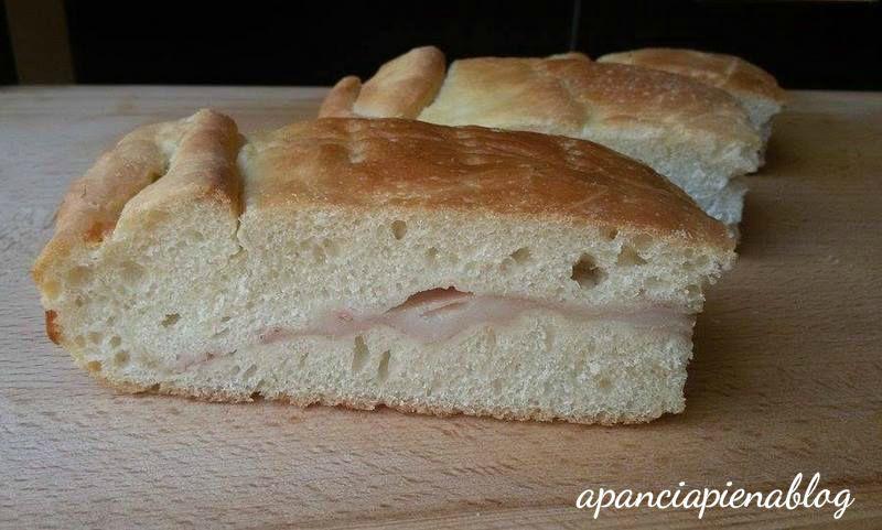 Focaccia ripiena con prosciutto e mozzarella (ricetta tradizionale e bimby)