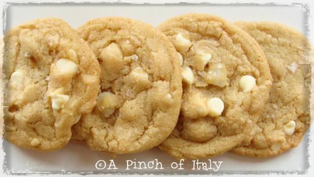 Cookies al Cioccolato Bianco e Noci Macadamia. A Pinch of Italy 1