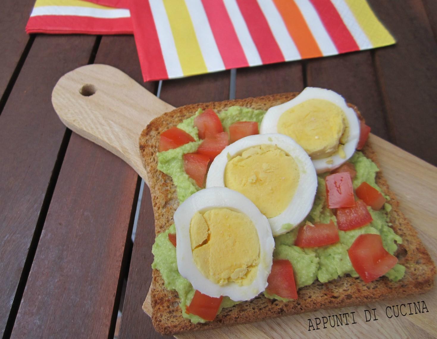 toast con uova e avocado