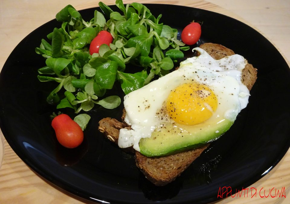 crostone di pane con uovo e avocado