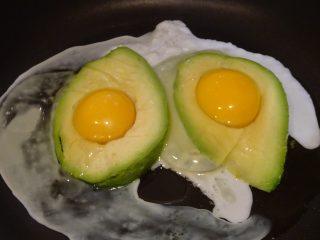 crostone di pane con uova e avocado