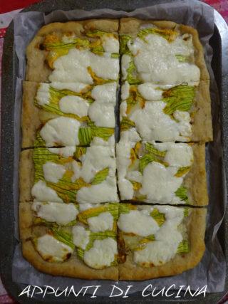 pizza con fiori di zucca e stracchino