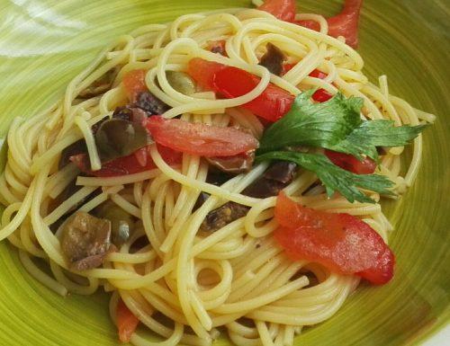 Spaghetti alle olive e pomodori freschi
