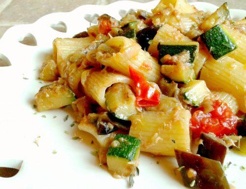 Mezze maniche con verdure al salto e tonno