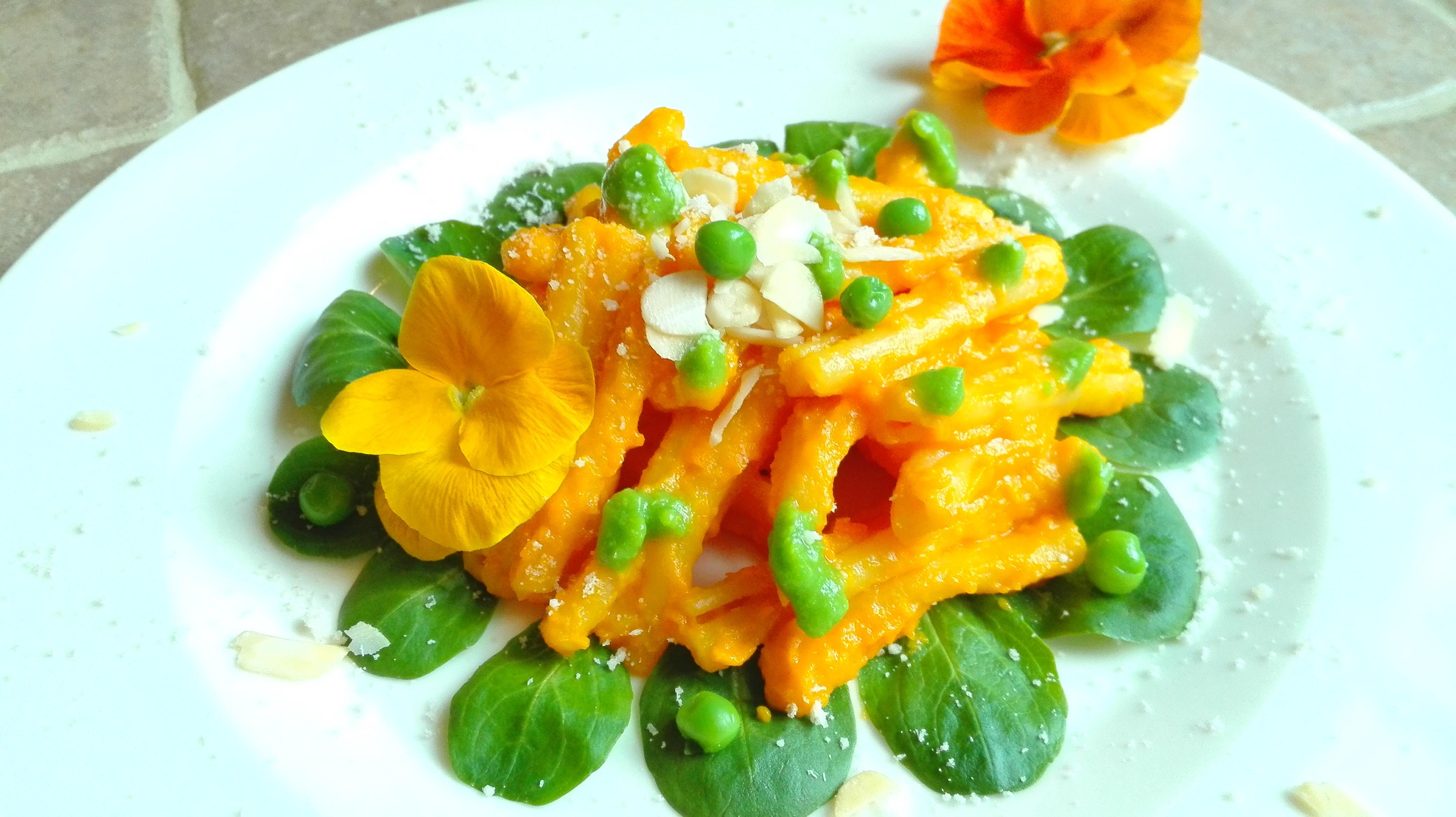Caserecce con crema di carote e piselli