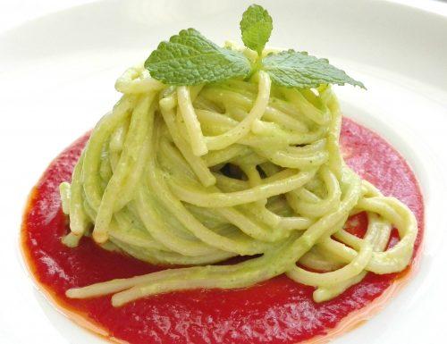 Spaghetti al pesto di rucola su crema di pomodoro