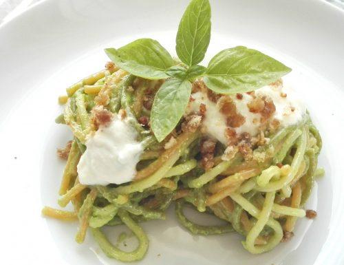 Spaghetti Tricolore al pesto di basilico, gocce di mozzarella e briciole croccanti di acciughe