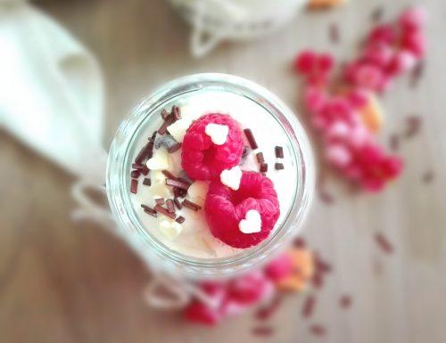 Mousse di yogurt alla vaniglia e miele con lamponi in vasetto